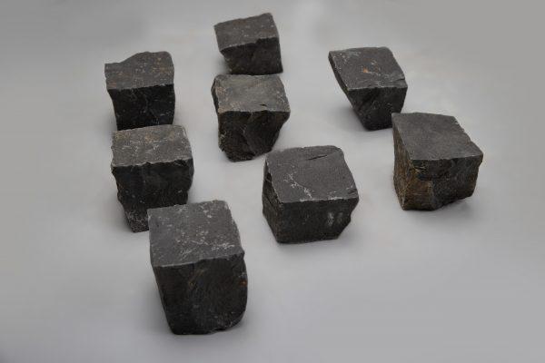 Skeltos bazalto trinkelės 10x10x10 cm, juodos www.ponasakmuo.lt