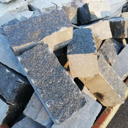 Skeltos granito trinkelės GABRO 20x10x10cm, tamsiai pilkos www.ponasakmuo.lt