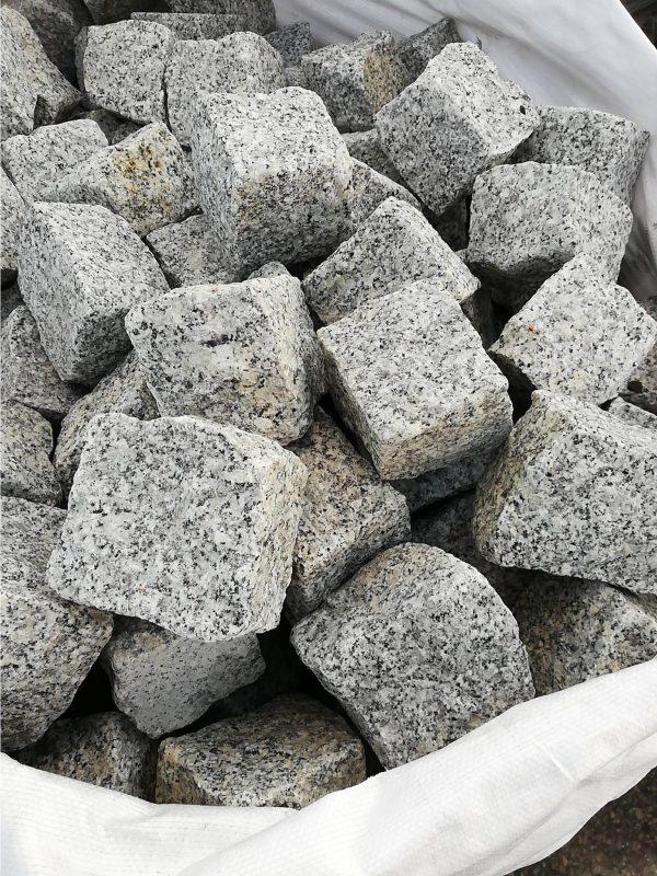 Skeltos granito trinkelės 10x10x10 cm, šviesiai pilkos www.ponasakmuo.lt 1