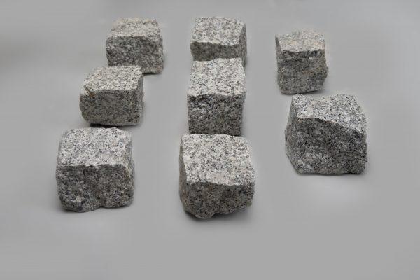 Skeltos granito trinkelės 10x10x10 cm, šviesiai pilkos www.ponasakmuo.lt