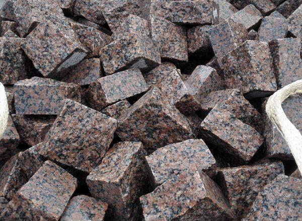 Skeltos granito trinkelės 10x10x5 cm, raudonos www.ponasakmuo.lt