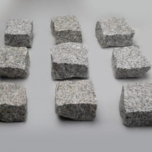 Skeltos granito trinkelės 10x10x5 cm, šviesiai pilkos www.ponasakmuo.lt