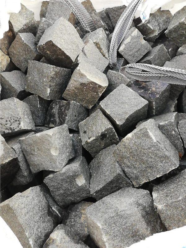 Skeltos granito trinkelės GABRO 10x10x10 cm, tamsiai pilkos www.ponasakmuo.lt