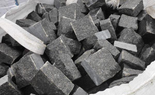 Skeltos granito trinkelės GABRO 10x10x5 cm, tamsiai pilkos www.ponasakmuo.lt