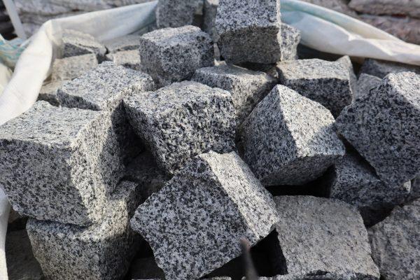 Skeltos granito trinkelės POKOSTOVKA 10x10x10 cm, šviesiai pilkos www.ponasakmuo.lt