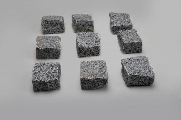 Skeltos granito trinkelės POKOSTOVKA 10x10x5 cm, šviesiai pilkos www.ponasakmuo.lt